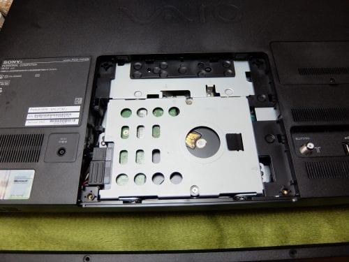 PCG-11212Nの足をはずすと、HDDが出てきます。