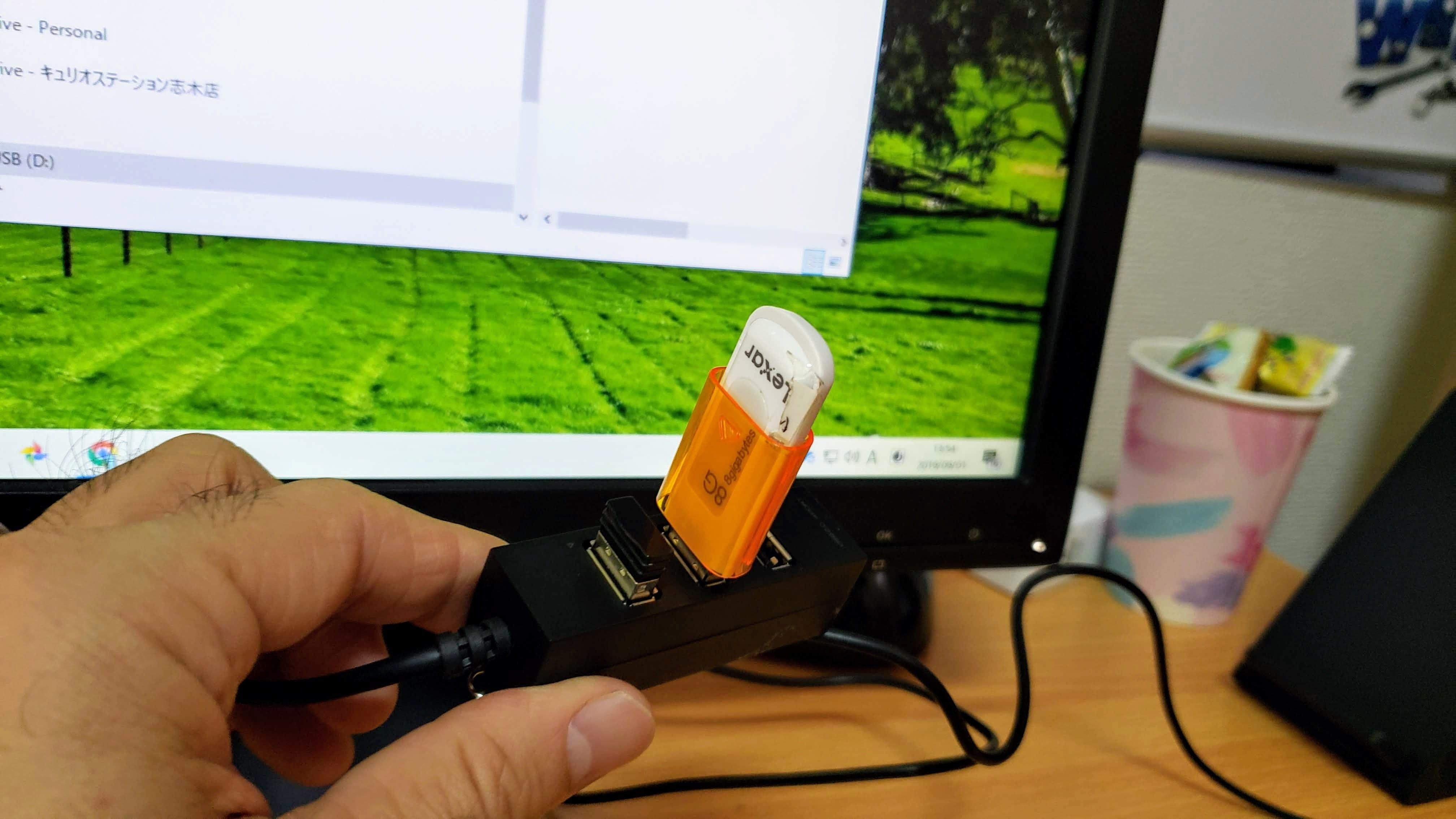 USBメモリを差し込んだパソコン